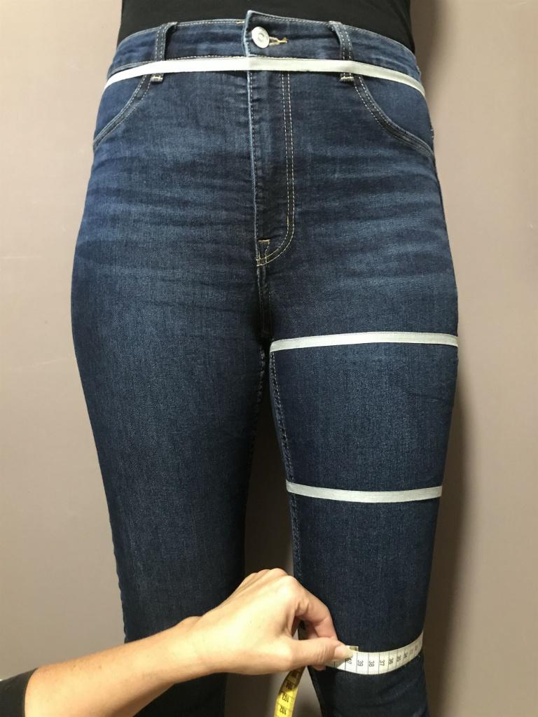 Legen Sie das Maßband am Knie an und messen rundherum.