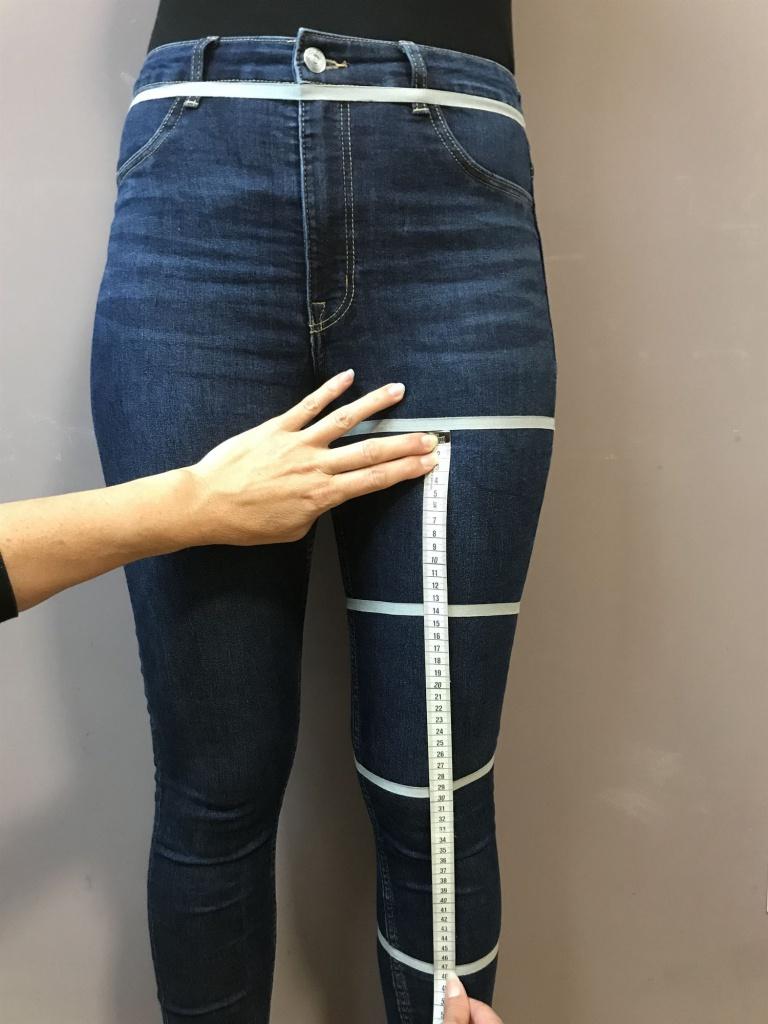 Legen Sie das Maßband am Oberschenkelumfang an und messen bis zum Unterschenkelumfang.