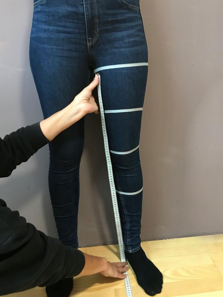 Legen Sie das Maßband im Innenbereich des Beines unterhalb des Schrittes an und messen bis zur Fußsohle.