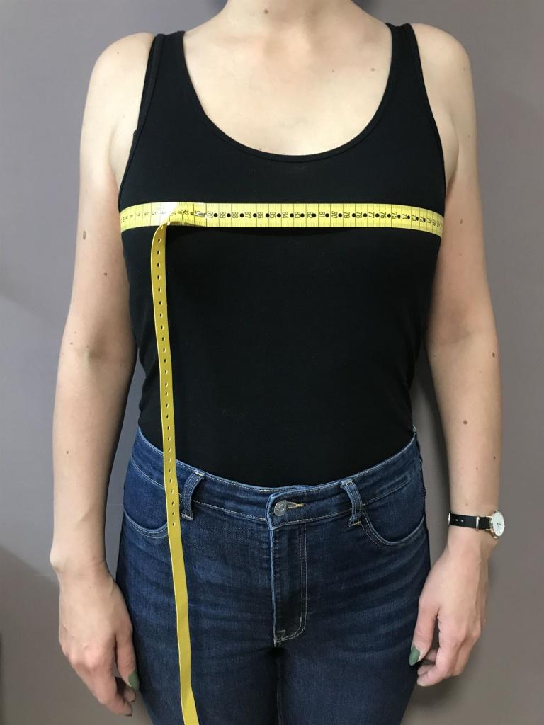 Der Brustumfang wird über die Brustspitze gemessen. Achten Sie darauf, dass das Maßband im Rückenbereich und über die Brust gerade aufliegt - also in einer Höhe.