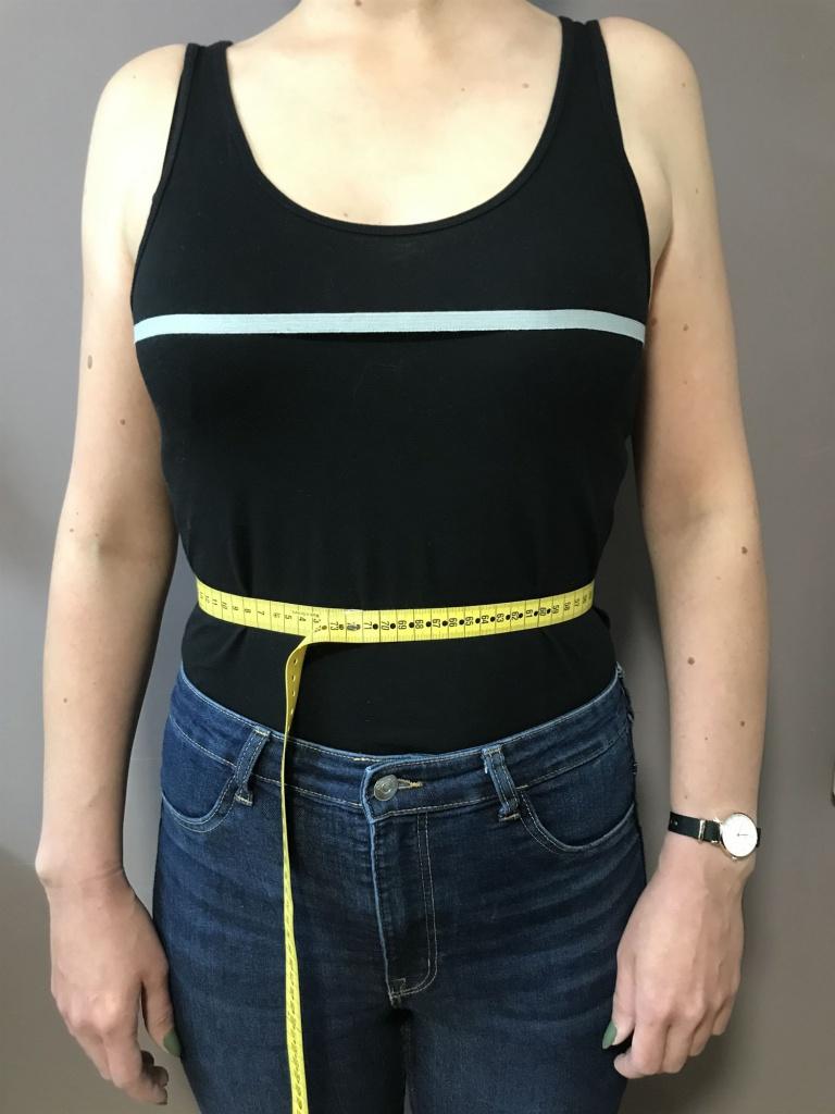Legen Sie das Maßband an der schmalsten Stelle des Oberkörpers an und messen knapp am Körper. Markieren Sie diese Stelle der Taille mit Hilfe einer dünnen Schnur für spätere Messungen.