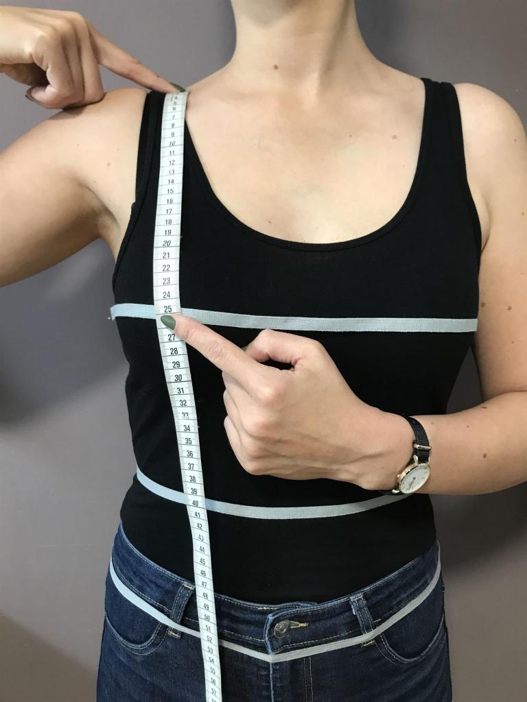 Legen Sie das Maßband an der Schulter an und messen bis zur Brustspitze.