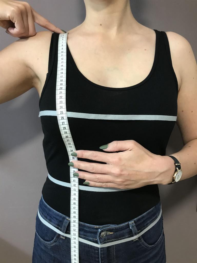 Legen Sie das Maßband an der Schulter an und führen es über die Brustspitze, unter der Brust vorbei (entlang des Bauches) bis zur Taille.